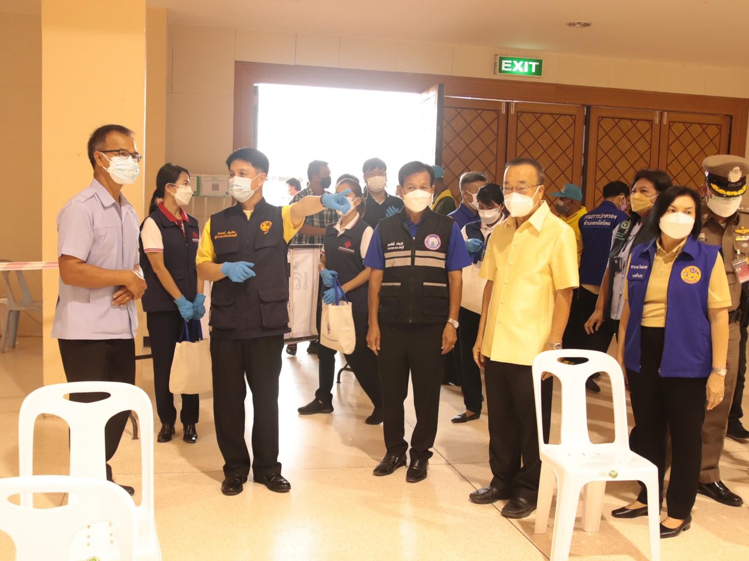 ผู้ว่าราชการจังหวัดชลบุรี พร้อมคณะเดินทางมายังศูนย์ฉีดวัคซีนป้องกันโรคโควิด – 19